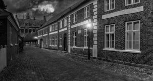 Luna Llena sobre la calle de la ciudad vieja - paisaje de la noche, Ri Fotografía de archivo