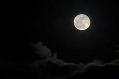 Luna Llena sobre las nubes Foto de archivo libre de regalías