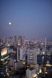 Luna Llena y edificios iluminados en Tokio Imagen de archivo