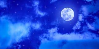 Luna Llena y estrellas en cielo azul nublado foto de archivo libre de regalías