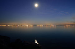 Luna Llena y estrellas sobre ` suave del foco del ` del mar Imagenes de archivo