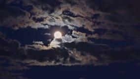 Luna Llena y nubes blancas en el cielo nocturno negro almacen de metraje de vídeo