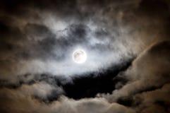 Luna Llena y nubes brillantes fotografía de archivo