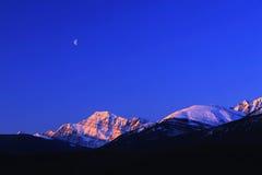 Luna mezza dalla montagna della neve fotografia stock libera da diritti