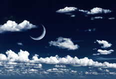 Luna a mezzaluna in cielo notturno e nubi vaghi Fotografie Stock Libere da Diritti