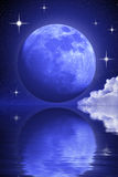 Luna misteriosa e stelle sopra acqua illustrazione di stock
