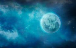 Luna oscura en nubes Estrellas y luna fotografía de archivo