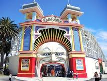 Luna Park é um parque de diversões histórico situado no foreshore do porto Phillip Bay, as mostras da imagem a entrada icónica do fotografia de stock