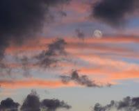 Luna piena che aumenta al crepuscolo Fotografia Stock