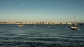 Luna piena che aumenta sopra San del centro Diego Skyline Time Lapse archivi video