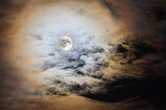 Luna piena circondata dalle nuvole Fotografia Stock