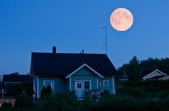Luna piena e casa Immagini Stock