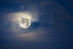 Luna piena e cielo nuvoloso Fotografia Stock Libera da Diritti