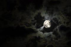 Luna piena e nubi bianche strane e lugubri Fotografie Stock