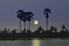Luna piena e riflessione nella sera Immagini Stock