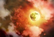 Luna piena gialla luminosa in cielo Immagine Stock Libera da Diritti