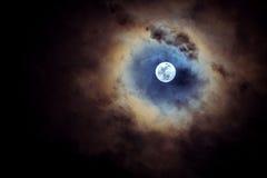 Luna piena il giorno nuvoloso Immagini Stock Libere da Diritti