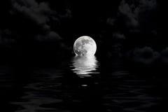 Luna piena scura in nuvola con la riflessione dell'acqua Fotografia Stock