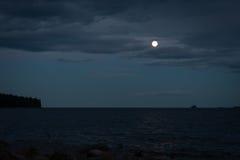 Luna piena sopra acqua Fotografia Stock