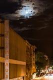 Luna piena sopra Filmhaus, Stuttgart Fotografia Stock Libera da Diritti