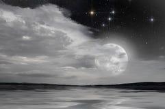 Luna piena sopra il lago Fotografie Stock