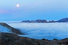 Luna piena sopra il mare di nebbia sopra la valle di Chamonix-Mont-Blanc Fotografia Stock