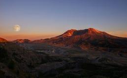 Luna piena sopra il Mt St Helens Immagini Stock Libere da Diritti