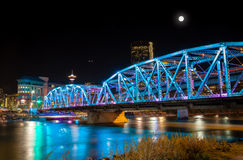 Luna piena sopra il ponte di Langevin a Calgary del centro Immagini Stock