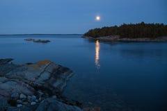 Luna piena sopra l'arcipelago di Stoccolma Immagini Stock