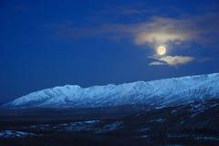 Luna piena sopra l'intervallo di Alaska Fotografie Stock