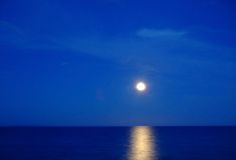 Luna piena sopra l'oceano Immagine Stock Libera da Diritti