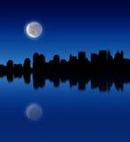 Luna piena sopra la città Fotografia Stock