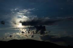 Luna piena sopra le montagne, cielo notturno nuvoloso Fotografia Stock Libera da Diritti