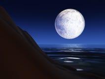 Luna piena sopra una scogliera del mare Fotografia Stock