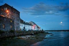 Luna piena in su sul fiume della città del Galway Immagine Stock