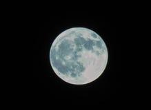 Luna piena su una notte scura profonda fotografia stock