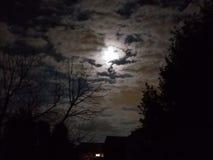 Luna que mira a escondidas a través de las nubes imagenes de archivo