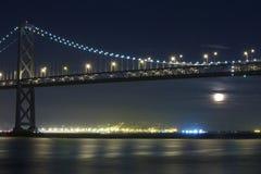 Luna que se levanta bajo el puente de San Francisco Bay Fotos de archivo