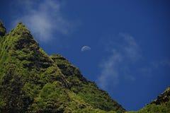 Luna que sube sobre el pico de NaPali Fotografía de archivo