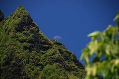 Luna que sube sobre el pico de NaPali Foto de archivo libre de regalías