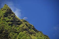 Luna que sube sobre el pico de NaPali Fotos de archivo