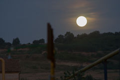 Luna que sube sobre la colina Imagen de archivo