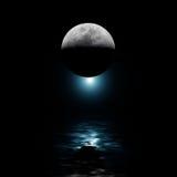 Luna retroilluminata e stella blu sopra acqua Fotografia Stock Libera da Diritti