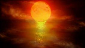 Luna roja sobre el agua Fotografía de archivo libre de regalías
