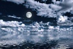Luna sobre el agua Fotografía de archivo libre de regalías