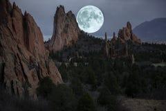 Luna sobre el jardín de dioses en Colorado Springs fotografía de archivo libre de regalías