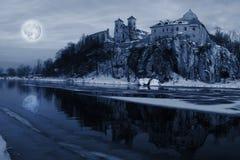 Luna sobre el río en Tyniec Foto de archivo
