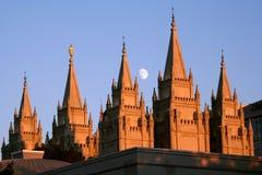 Luna sobre el templo de Salt Lake fotos de archivo