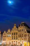 Luna sobre Grand Place Imágenes de archivo libres de regalías