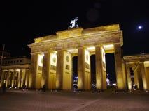 Luna sobre la puerta de Brandenburgo imagenes de archivo